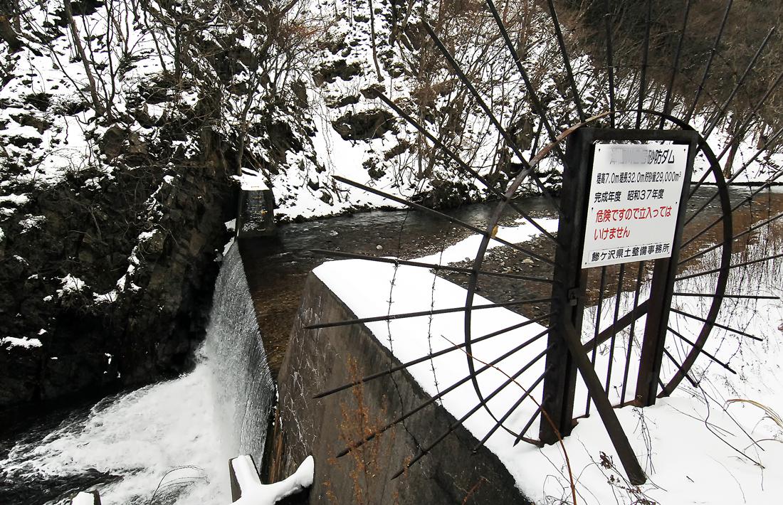 昭和37年に完成した堰堤。土砂が堆積して満杯になっている