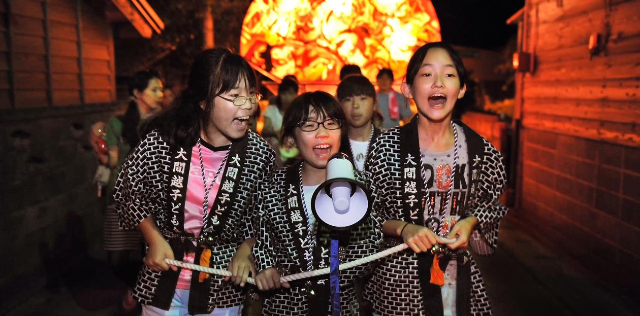 「ヤーヤドー」の掛け声を大声で張り上げながら、先導する3人娘
