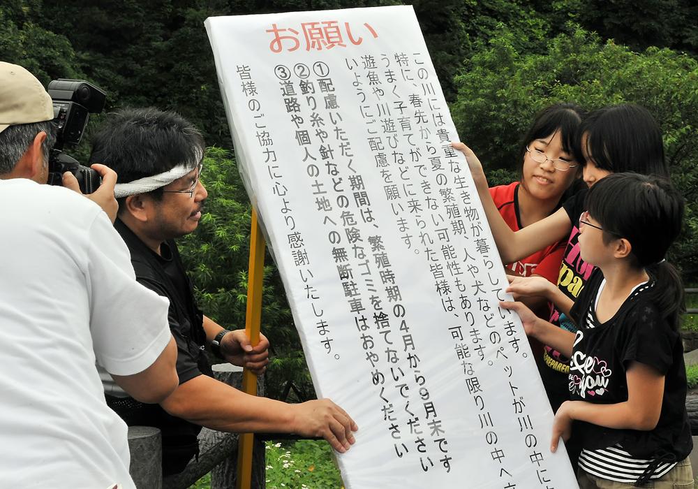 看板設置の様子を東奥日報の記者さんが取材してくれた
