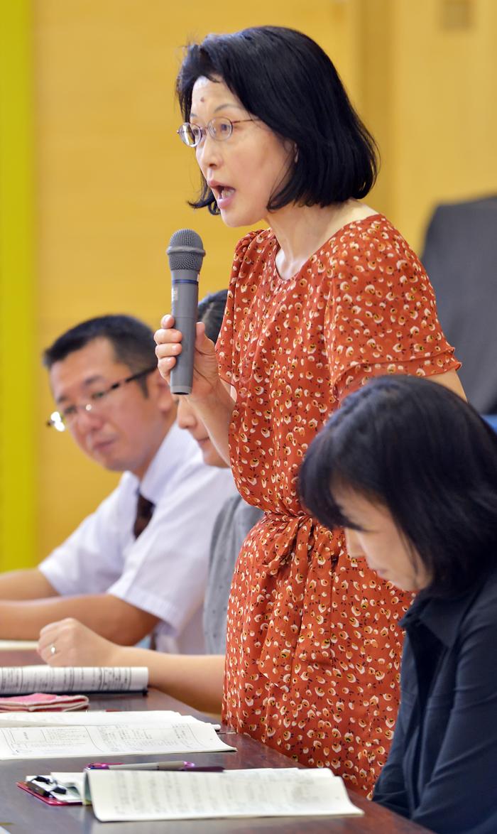 協議会で報告する3年生担任に七戸先生