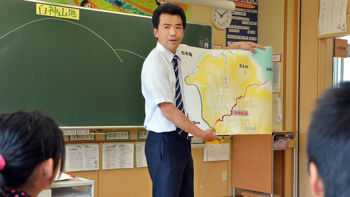 世界自然遺産・白神山地の話をする6年生担任の青木先生