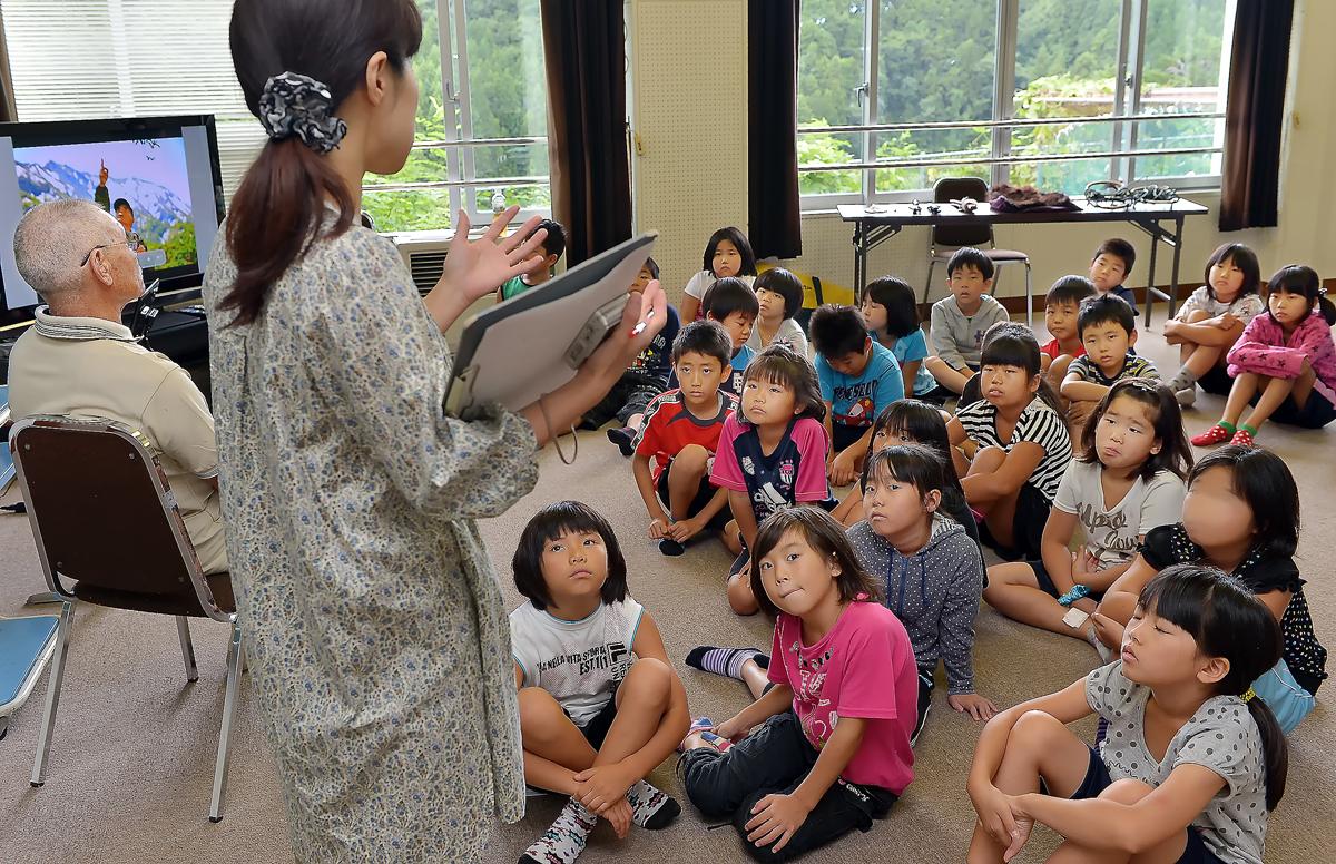 棟方先生のお話を聞く3年生の児童たち