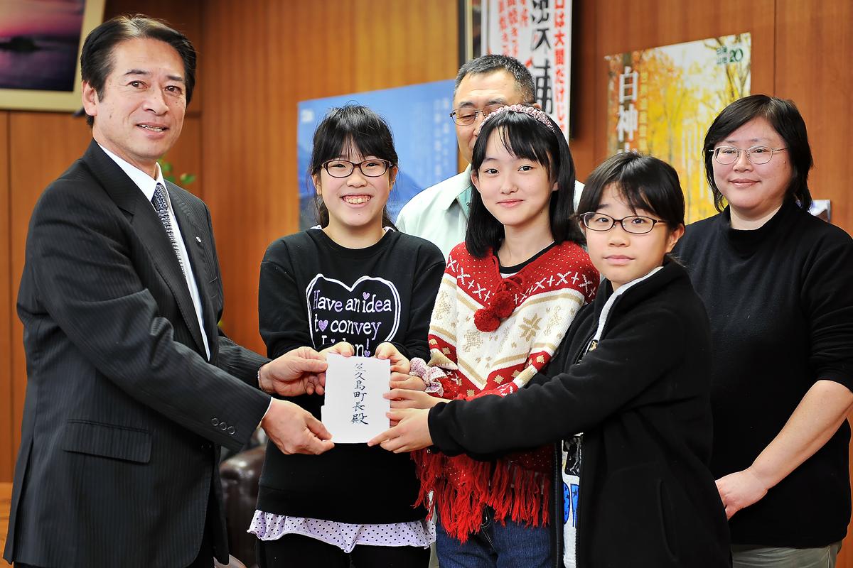 吉田町長から受け取った親書と共に記念撮影=深浦町役場で