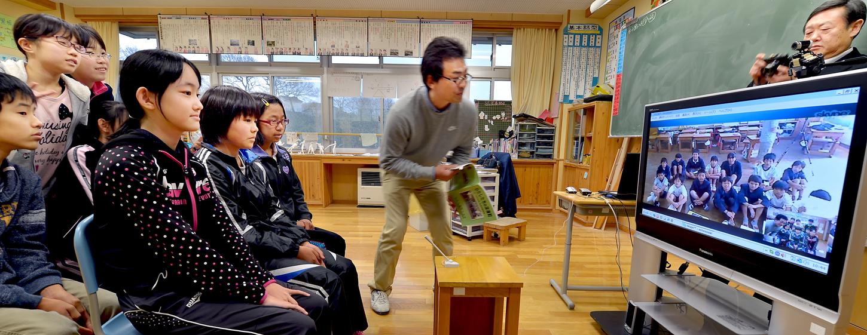 屋久島の子供達との交流会で、事前交流として実施したスカイプの授業=深浦町の町立いわさき小学校で