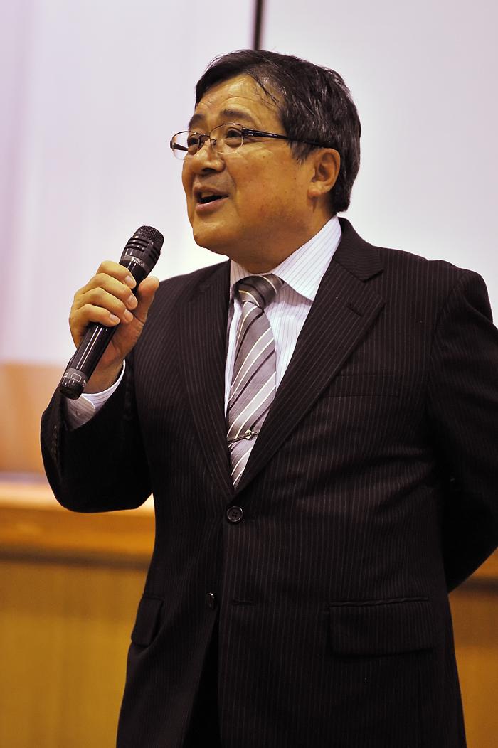 講演に先立って御挨拶される深浦町教育委員会の〓教育長
