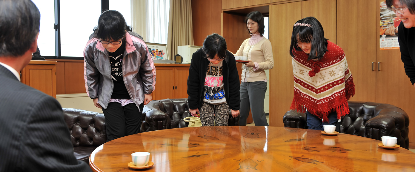 私たちを屋久島へ行かせて下さって、ありがとうございます。頭を下げながら、町長にお礼の言葉をのべる