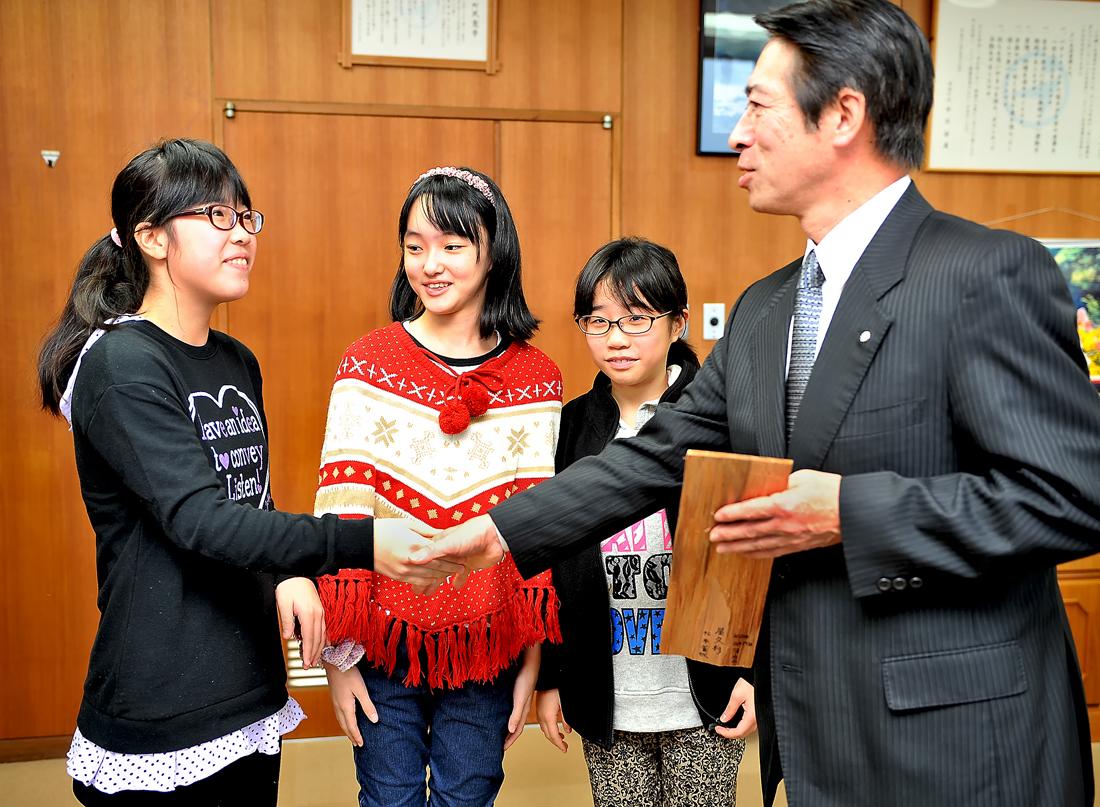 最後にがっちりとした握手を交わし、重責を担って屋久島へ。頑張れ、3人娘