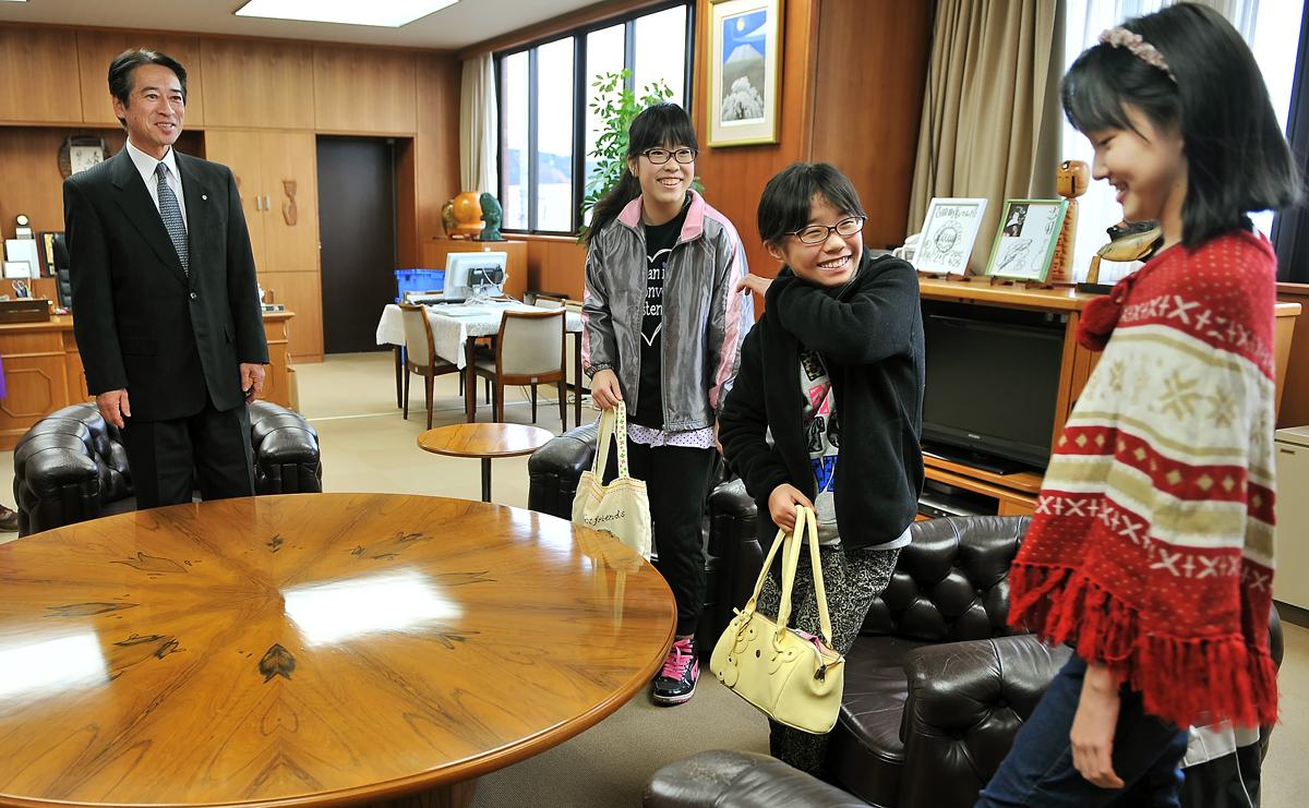 町長さんの執務室に入るのは初めて‥。少し緊張気味でも、笑顔を絶やさない3人娘