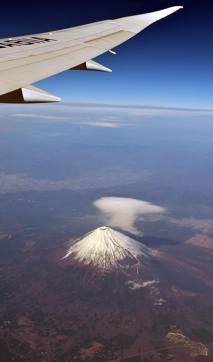 飛行機の窓の外に富士山が見えた。初めて見たぁ!