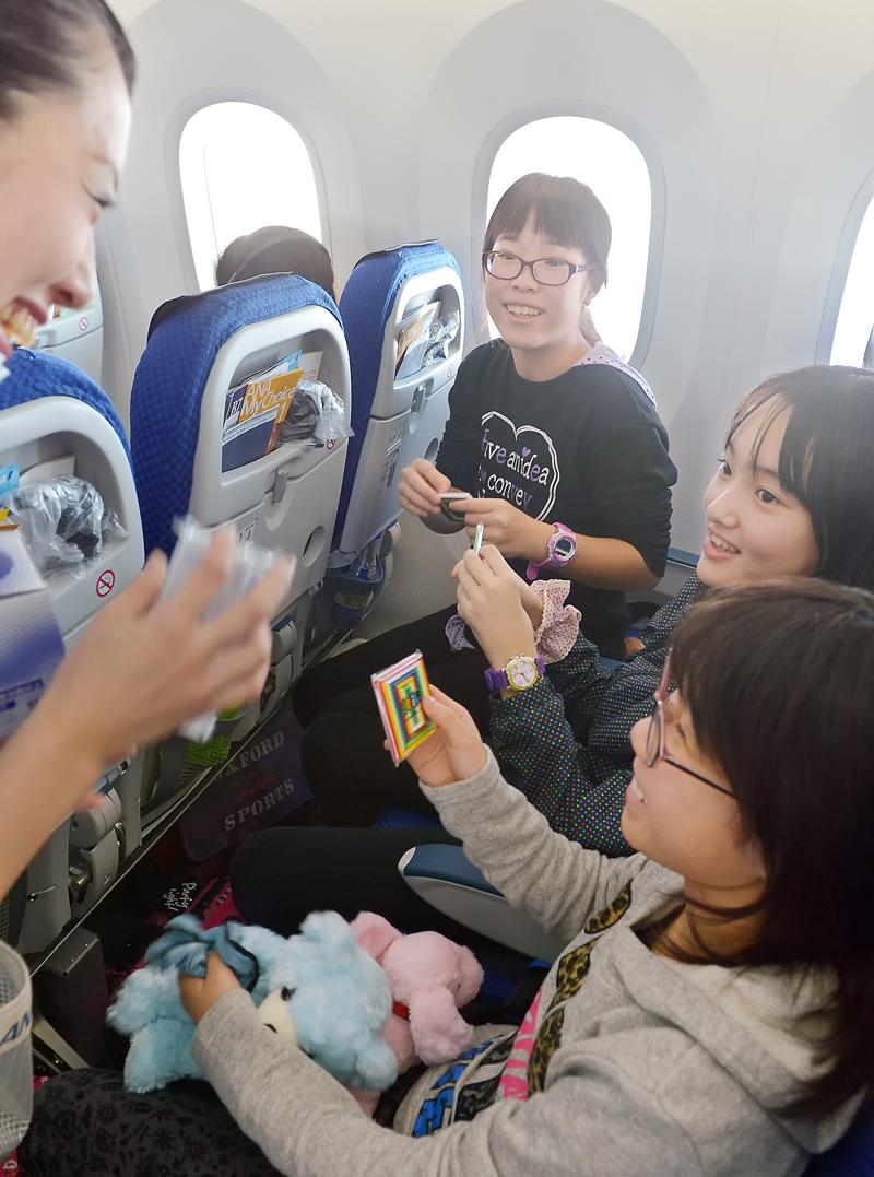 機内でフライト・アテンダントのお姉さんにおもちゃを戴いた