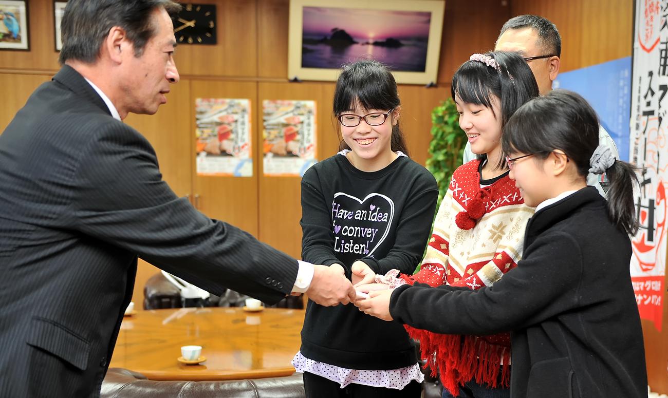 町長から親書を受け取る3人娘