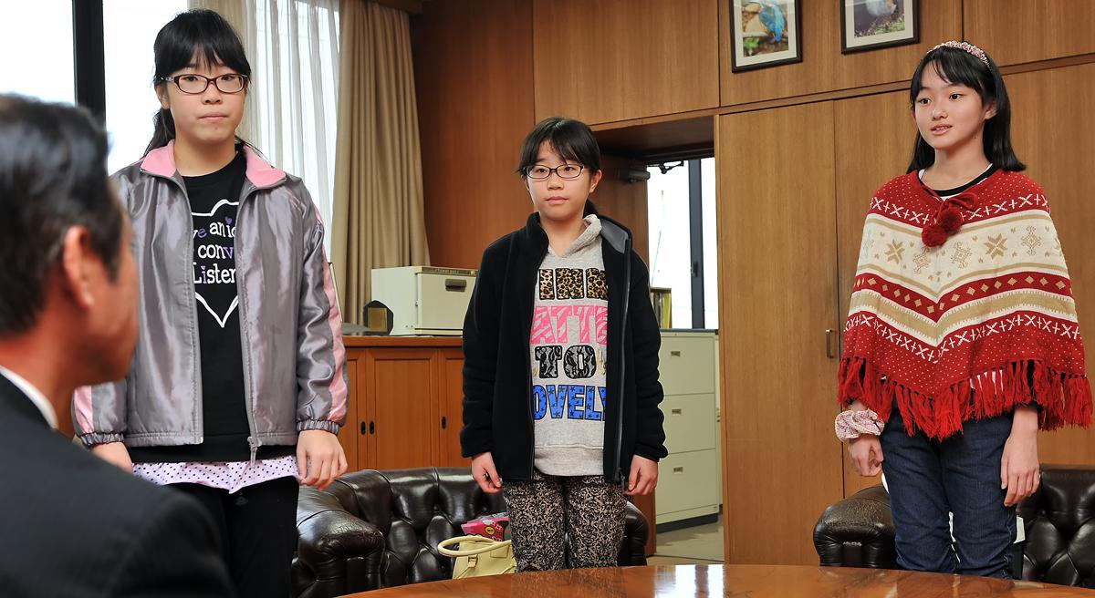 吉田町長の前で、一人ひとりが決意を述べます