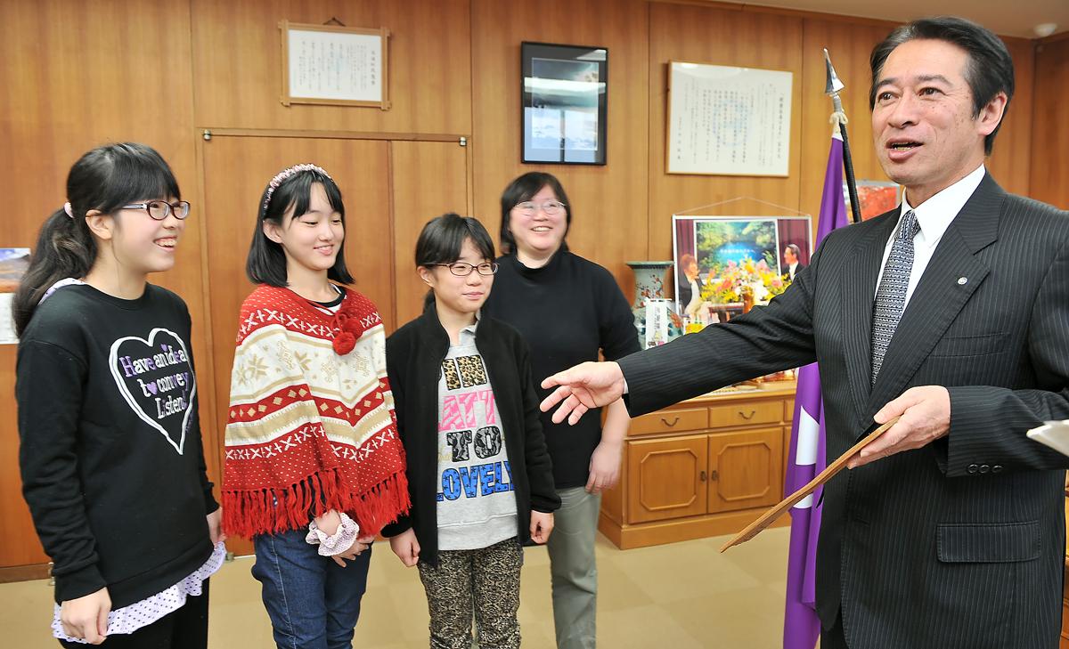 吉田町長より、町を代表して頑張って来てください、と激励される3人娘