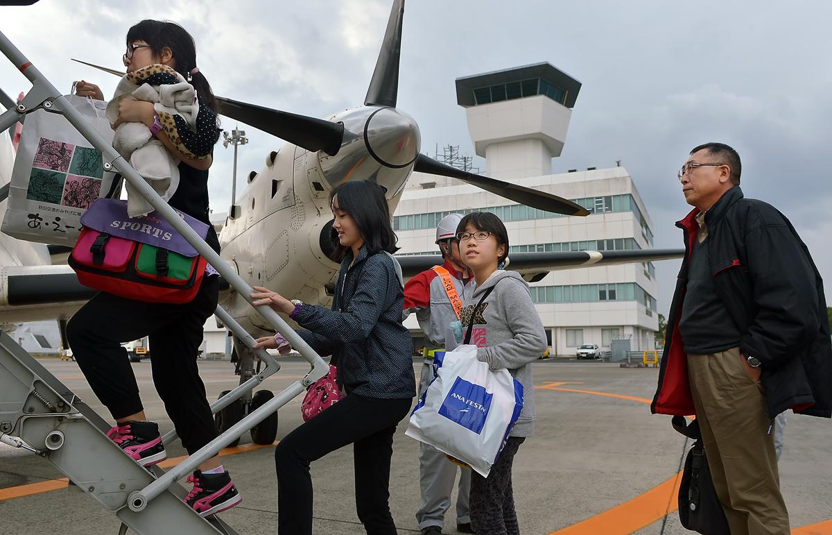 いざ、屋久島へ!。でも、理花ちゃんとかえでちゃんは初めての飛行機。「ドキドキするね」