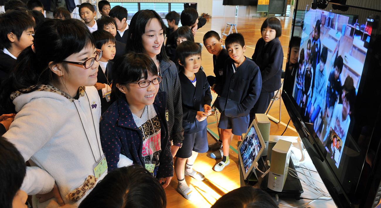 八幡小学校での発表の様子を、インターネット電話でいわさき小学校に中継