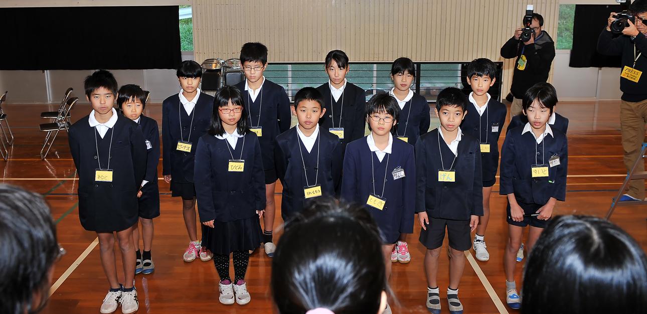 交流相手の八幡小学校の6年生たち