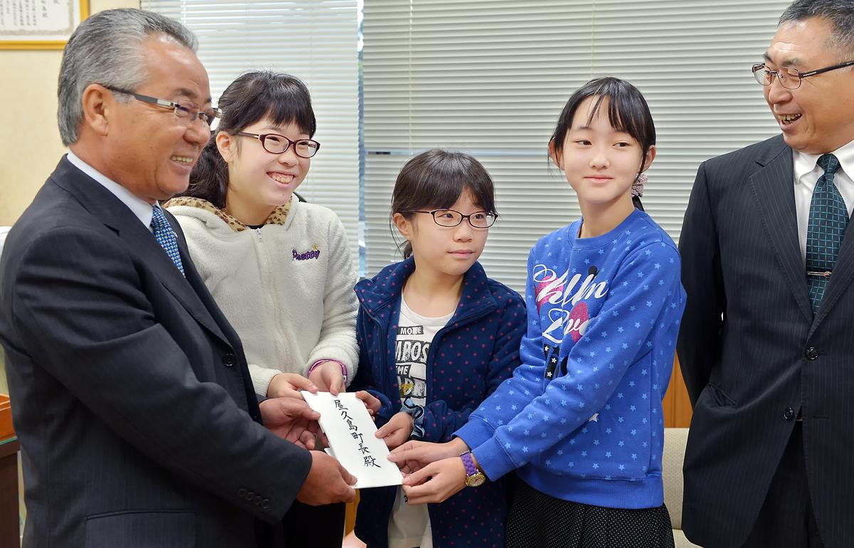 深浦町長からの親書を手渡した後、報道関係者の求めに応じて記念撮影