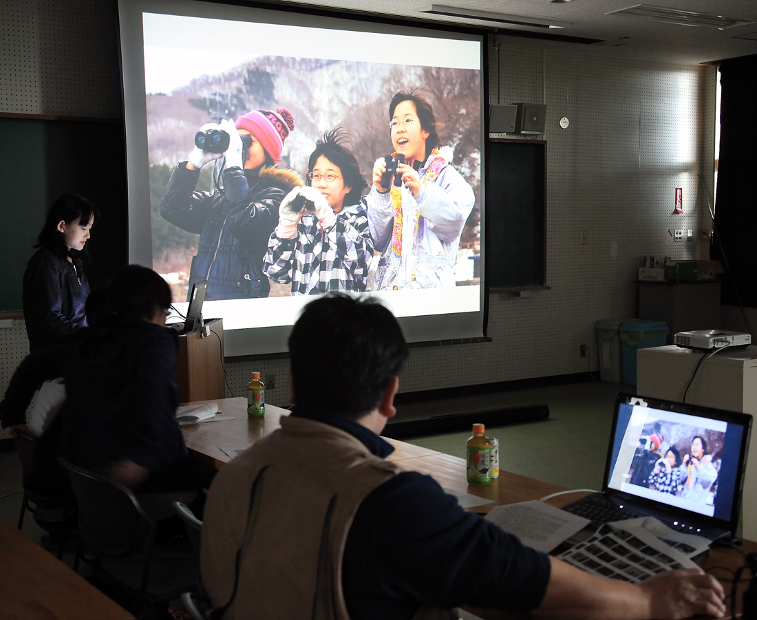 屋久島高校で発表する三人娘