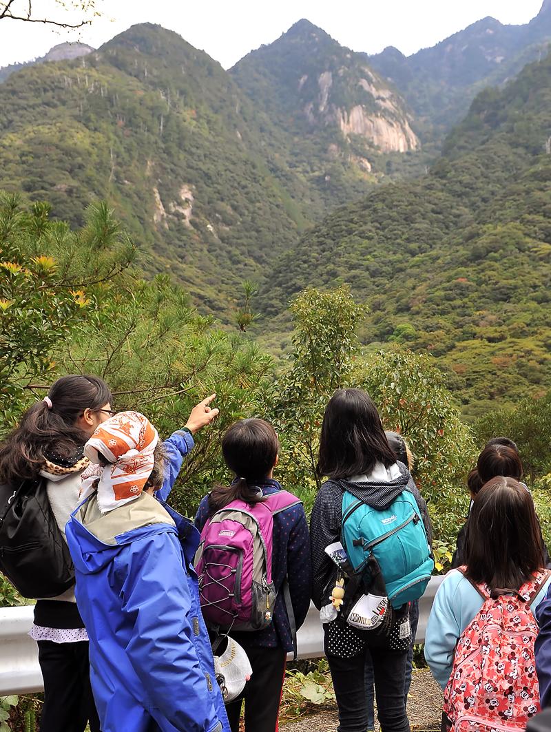 西部林道から屋久島の山々を臨む
