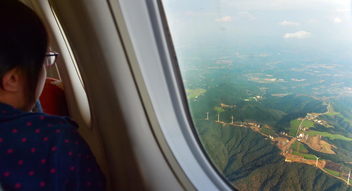 名残惜しげに上空から地上の風景を見る