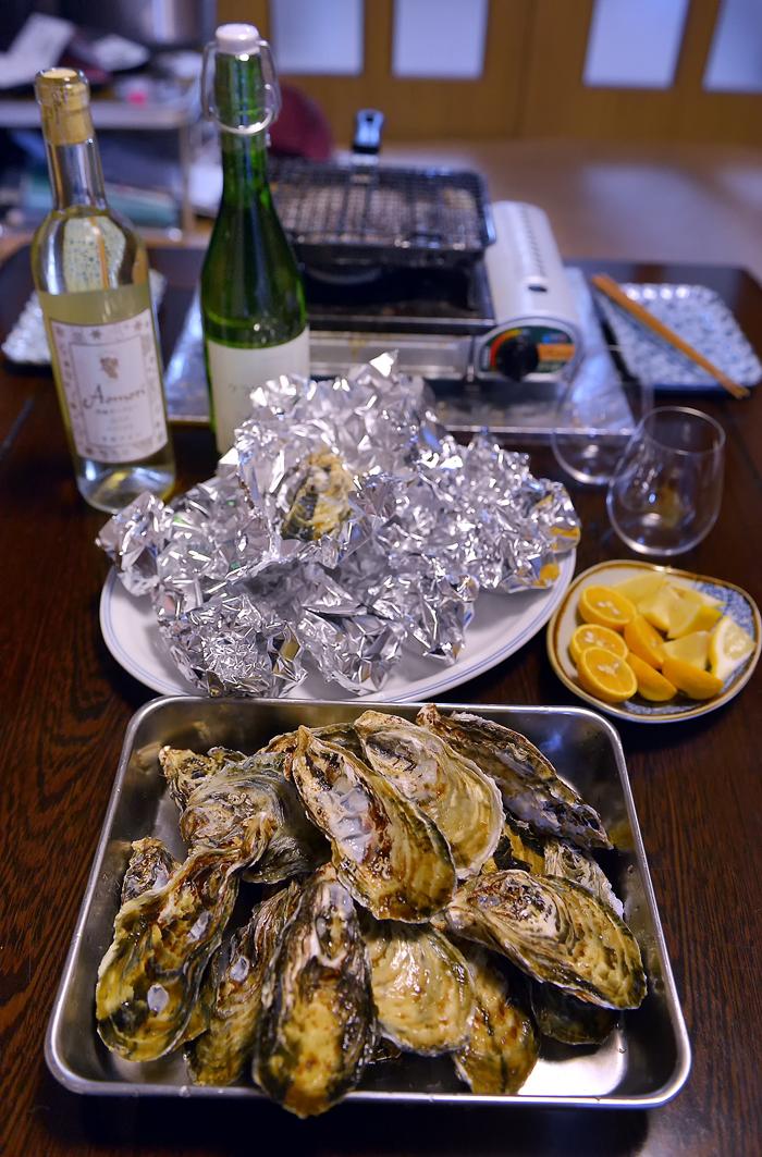 早速、焼き牡蠣に。国産の白ワインも用意して。いそいそ、と‥