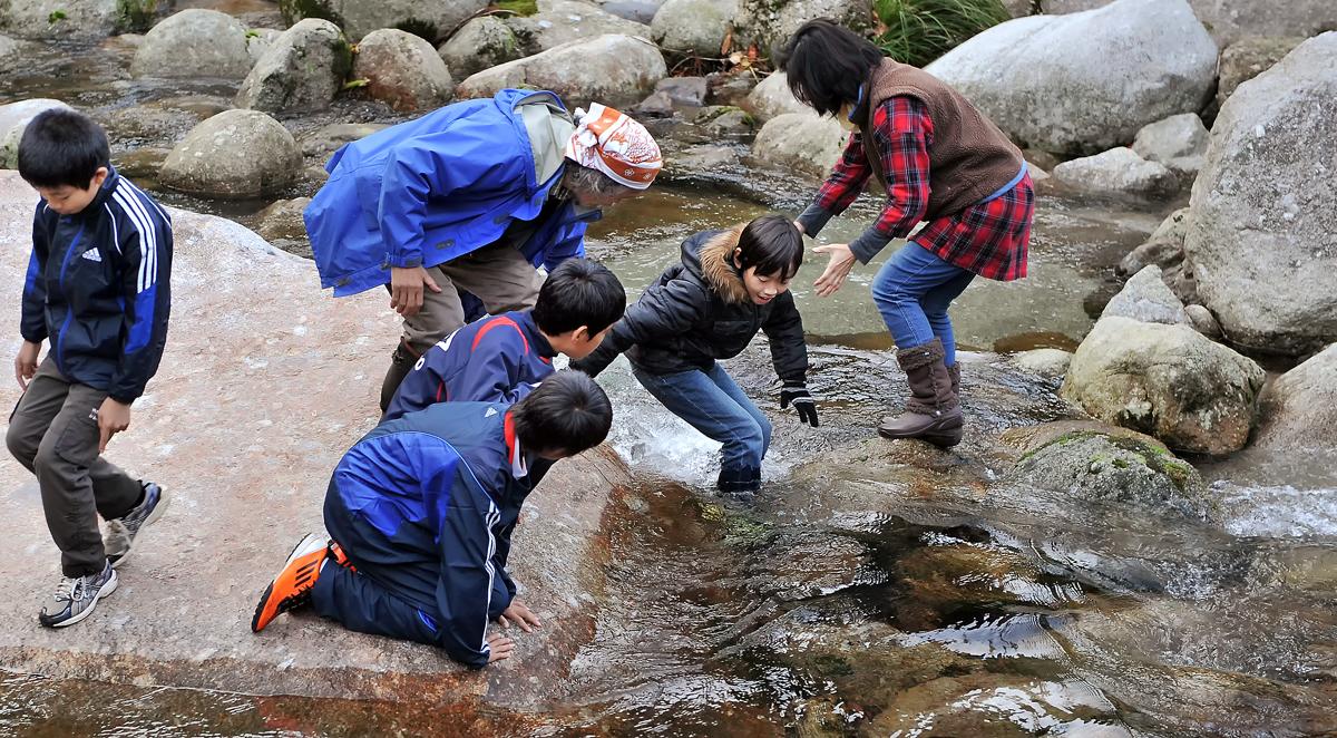 屋久島の仲間がすべって川に落ちてしまった。みんな心配そう