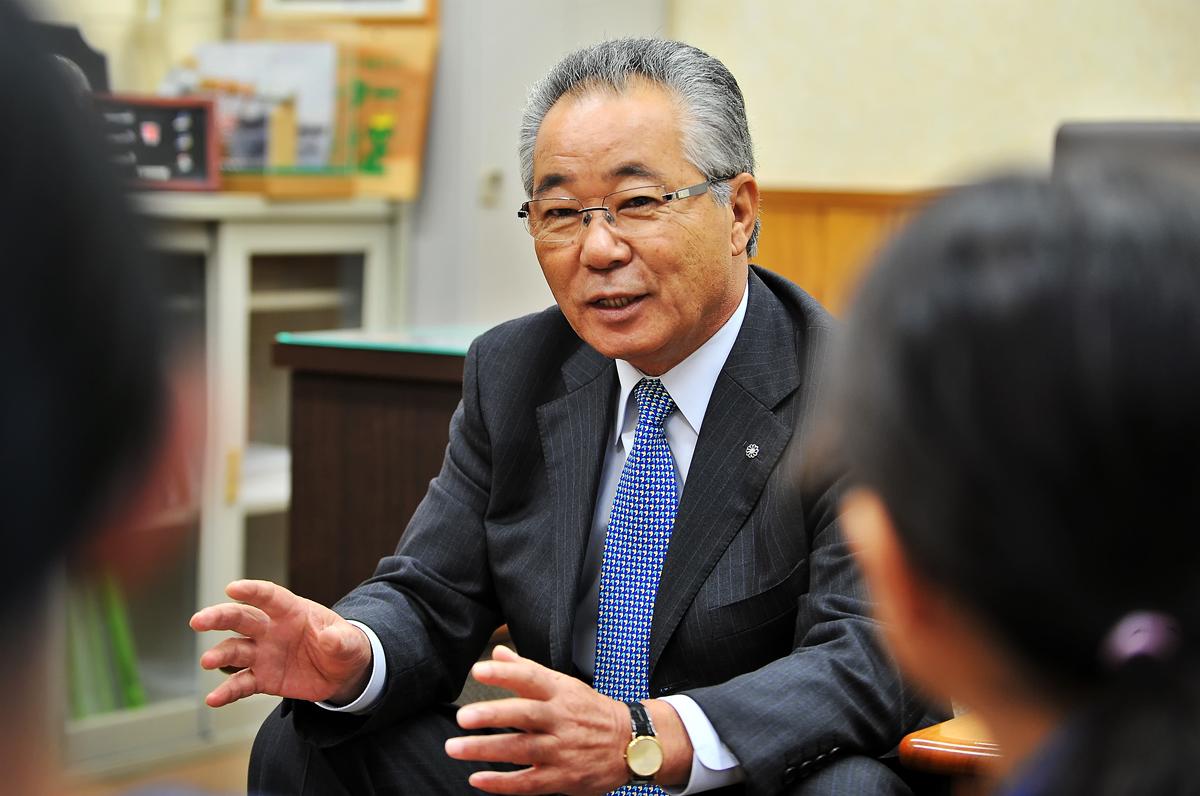 とても優しそうな荒木耕治・屋久島町長が出迎えて下さった。さすが南国、日に焼けて真っ黒?