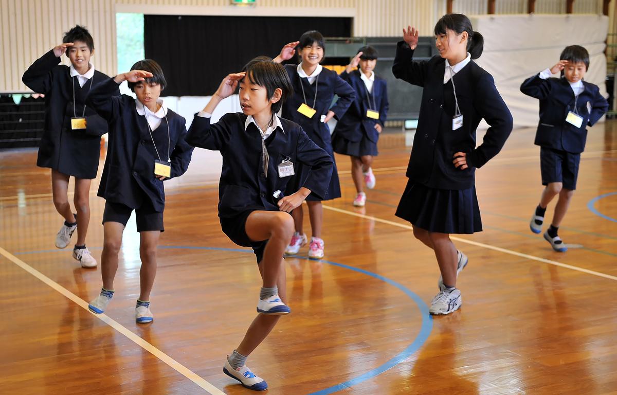 八幡小学校の発表風景。地元に伝わる踊りを見せてくれた