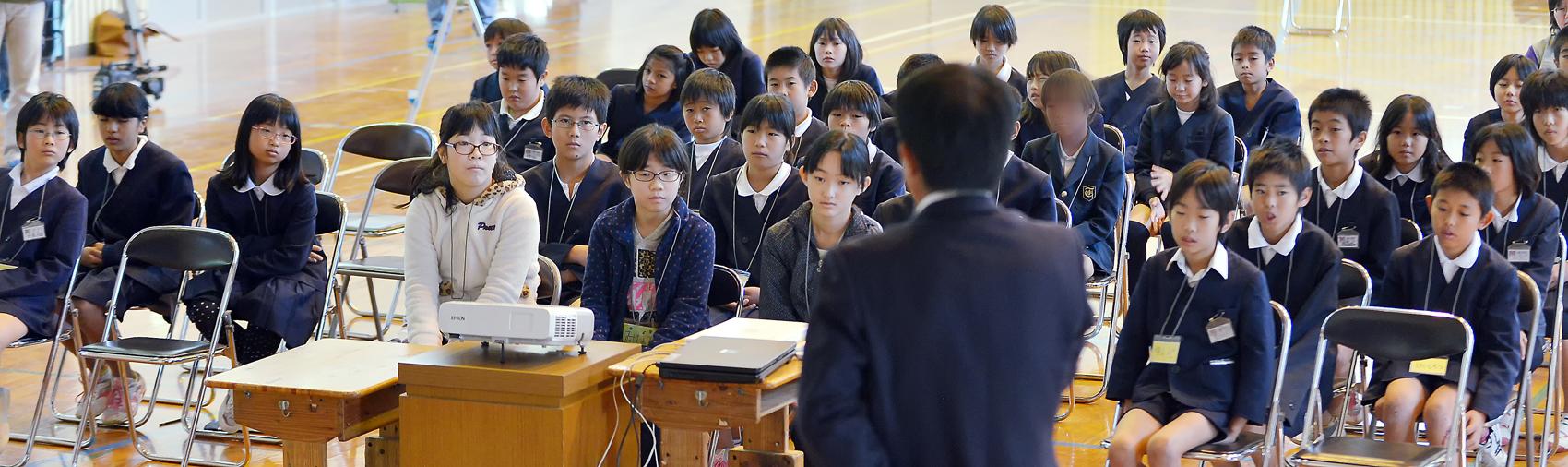 八幡小学校での交流会に参加した両遺産地域の子供たち