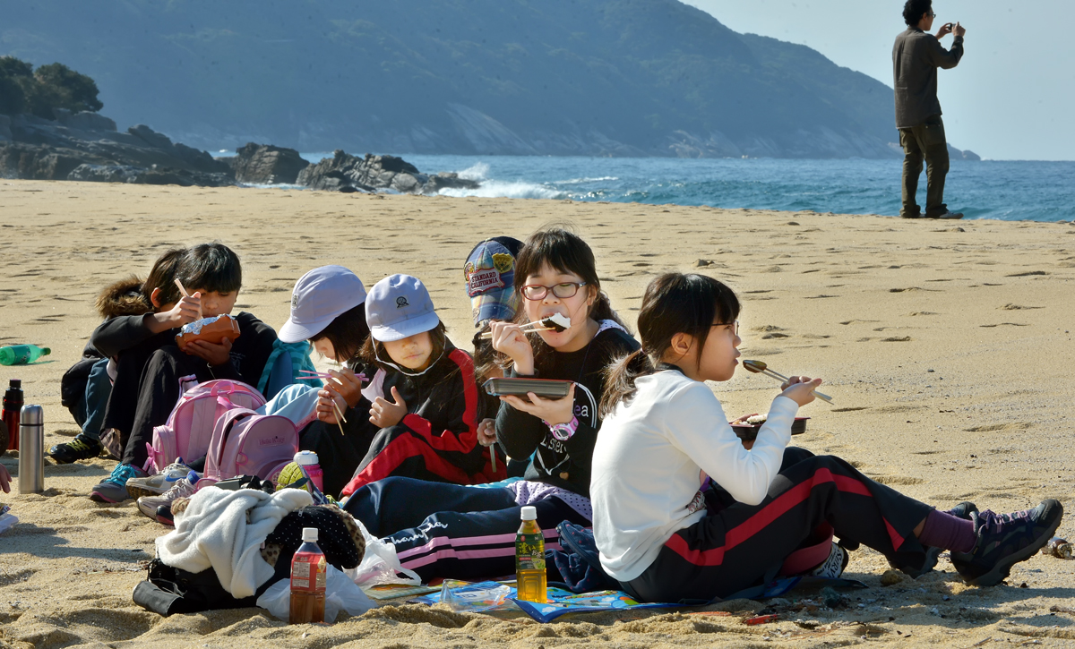 浜辺で仲良くお昼ご飯。かえでちゃん、パクつきすぎ