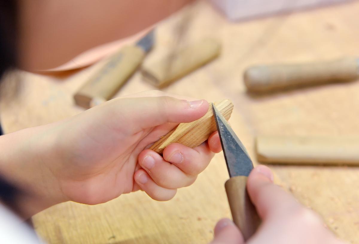 ナイフで削り、やすりをかける。怪我しないようにね