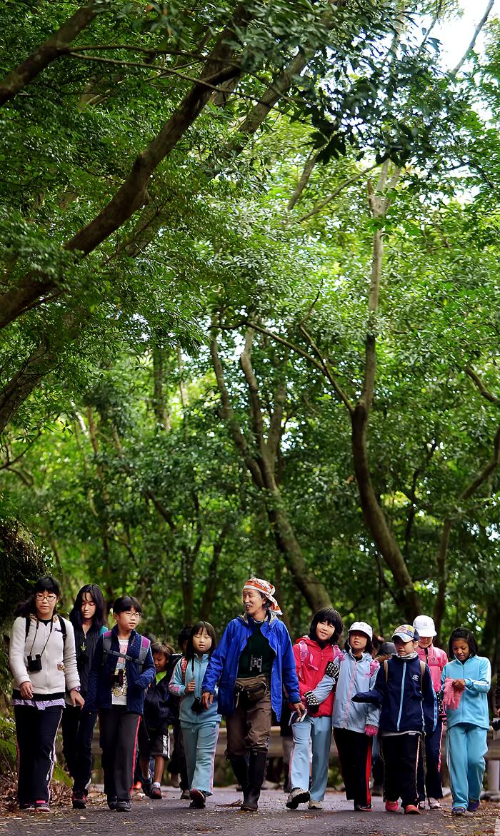 西部林道を歩く両地域の子供たち