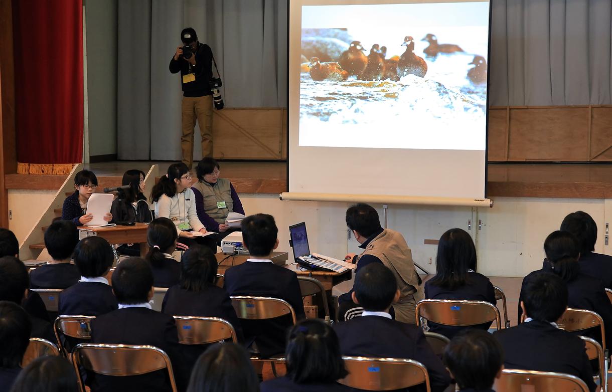 屋久島の子供たちの前で発表する3人娘