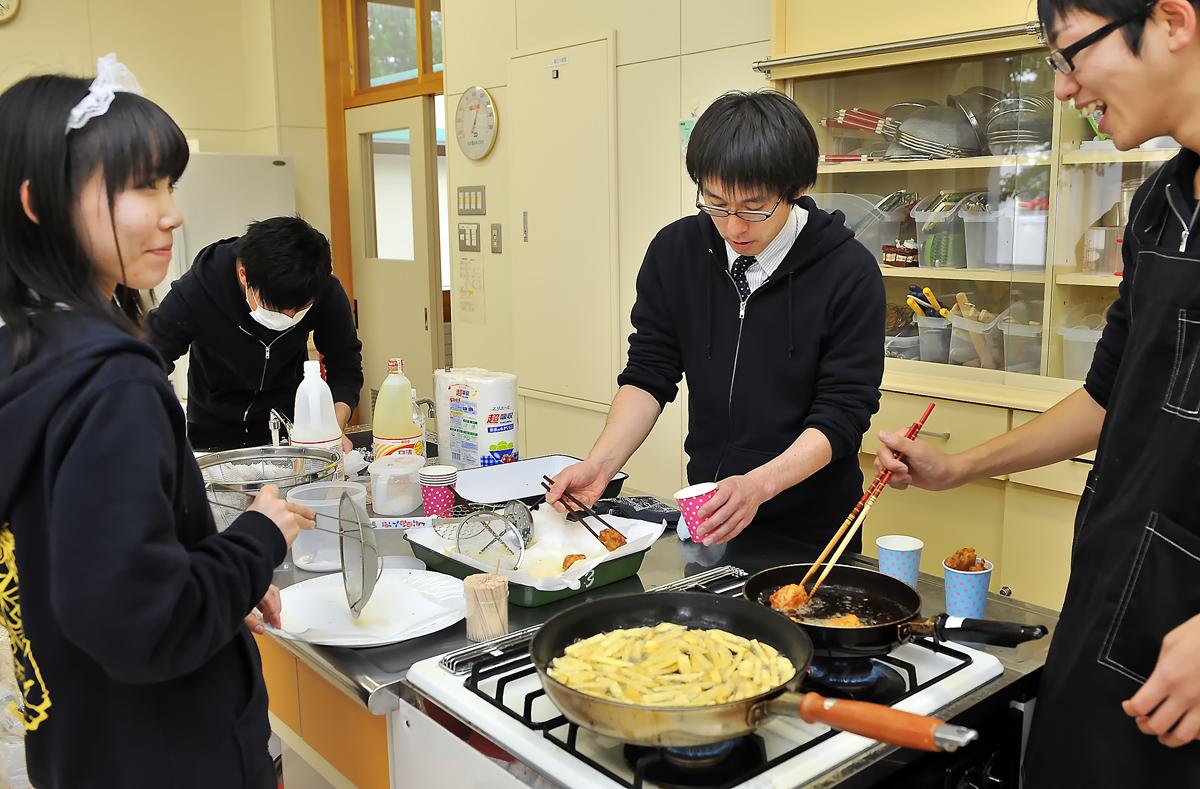 先生(中央)の元、一生懸命に料理作り