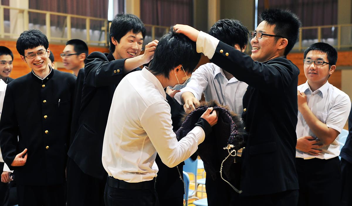 ふざけ合う男子生徒たち。みんな屈託がなく、かわいい