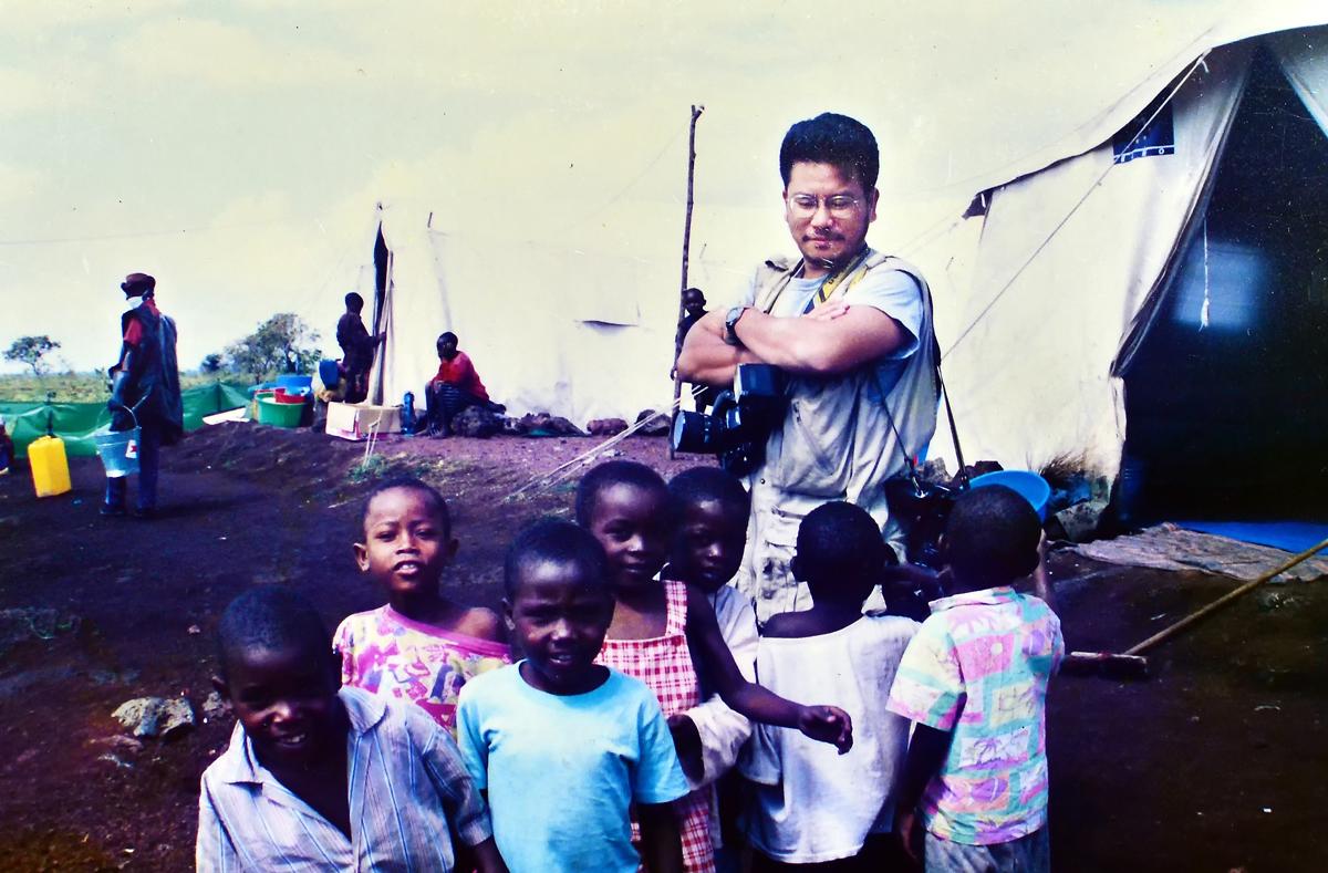 ルワンダの難民キャンプで、集まってきた子供たちに囲まれた