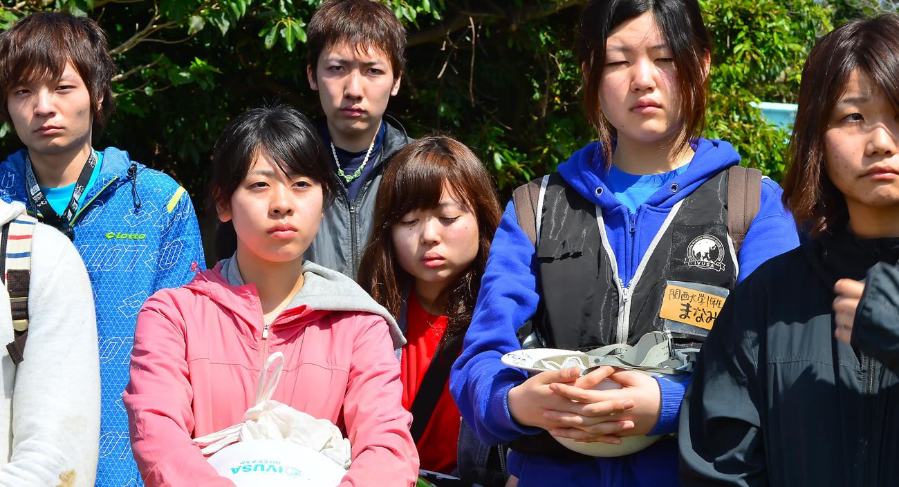 神妙な顔つきで話に引き込まれる学生たち。涙する女子学生も