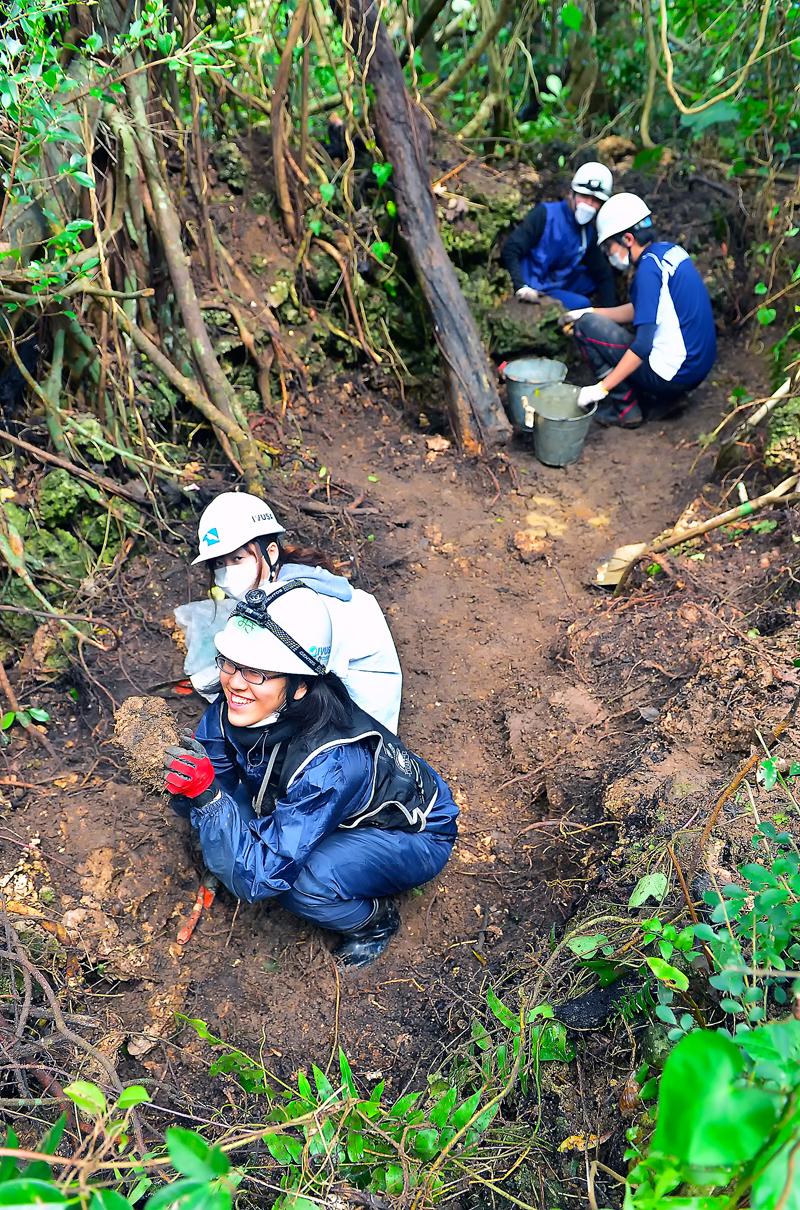 塹壕を掘る学生たち。この場所から週榴弾と肩甲骨が出てきた