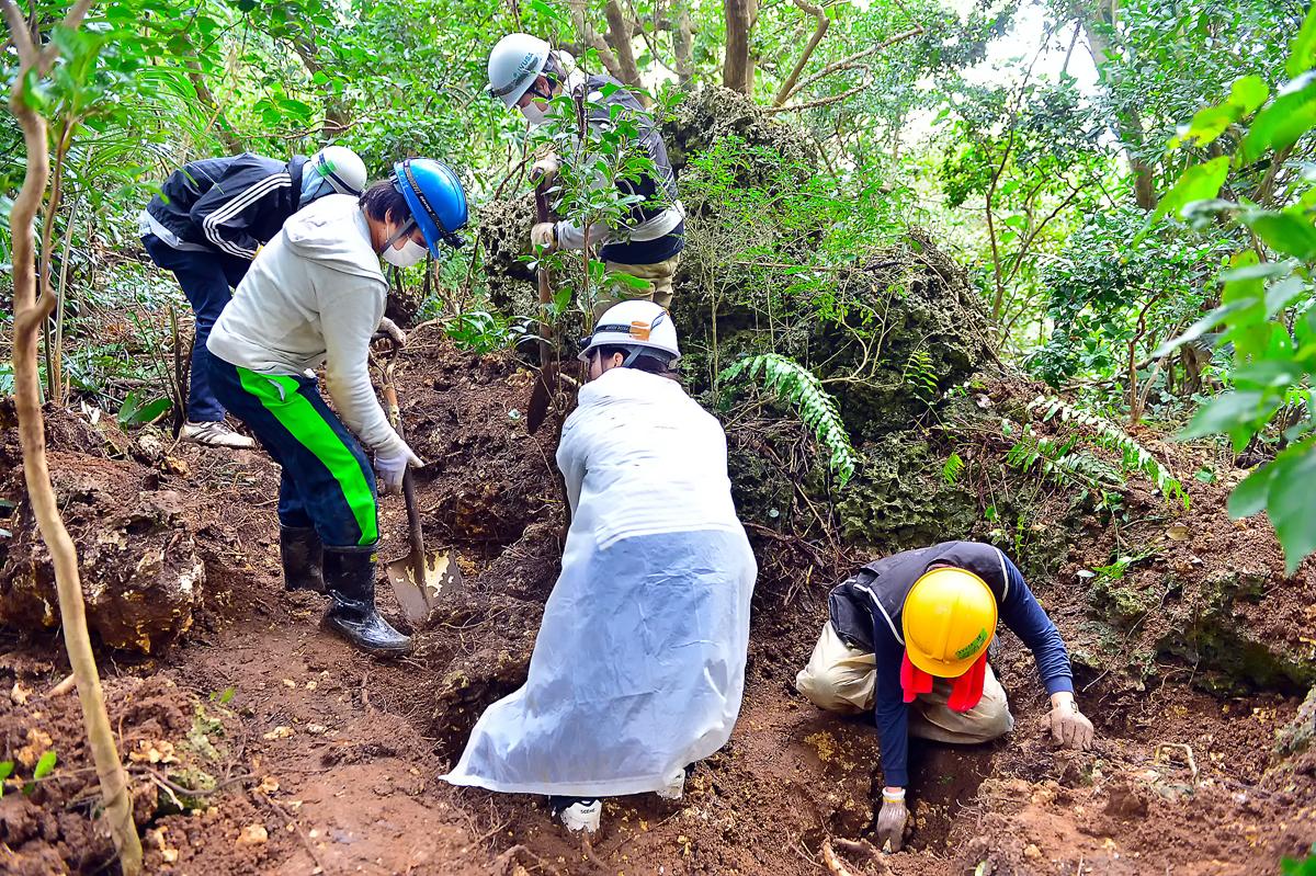 通称「タコ壺」と呼ばれる竪穴の塹壕を掘る学生たち