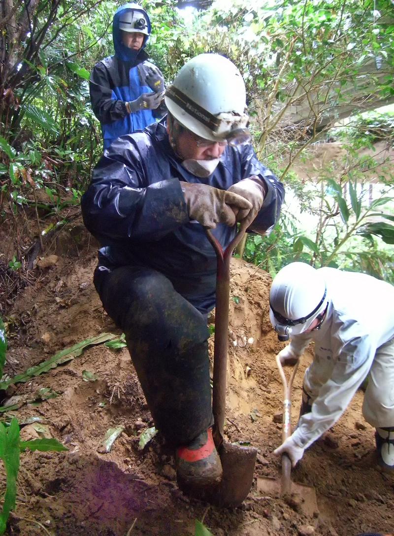 ニービと呼ばれる土砂が堆積した壕の前を掘るメンバーたち