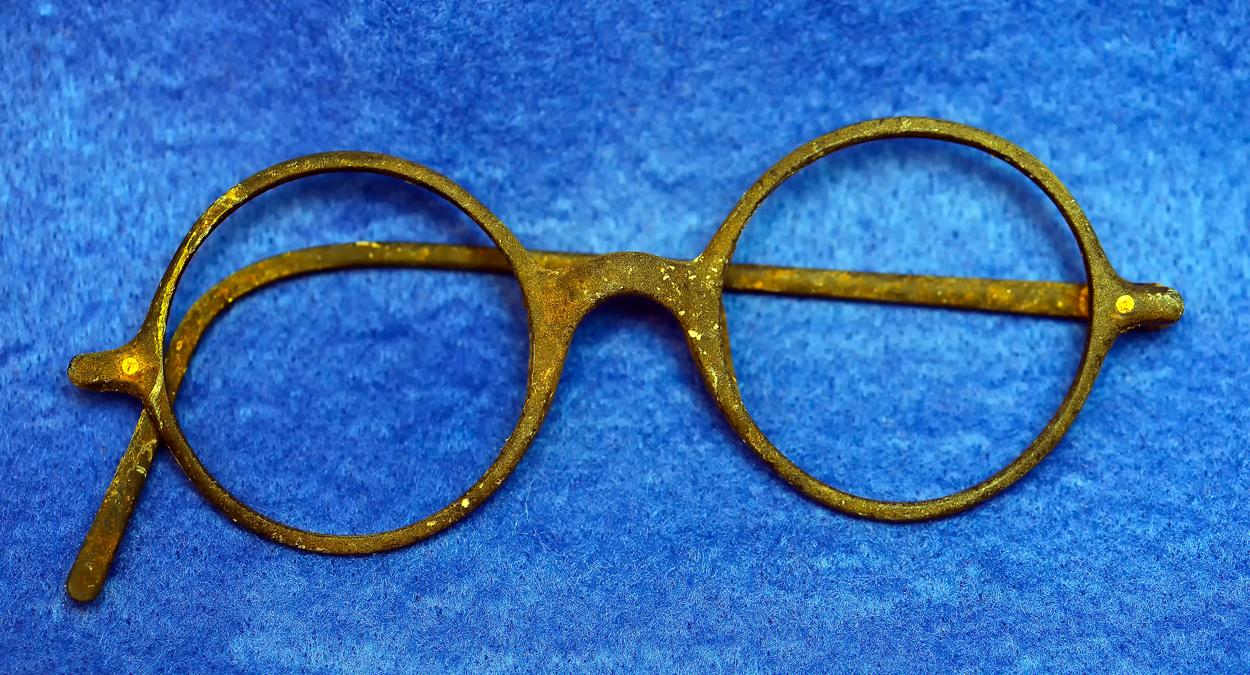 認識票の近くから出た出土したメガネ