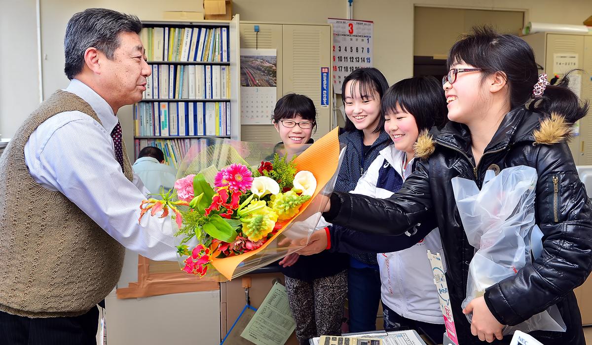 感謝とお礼を込めて花束の贈呈