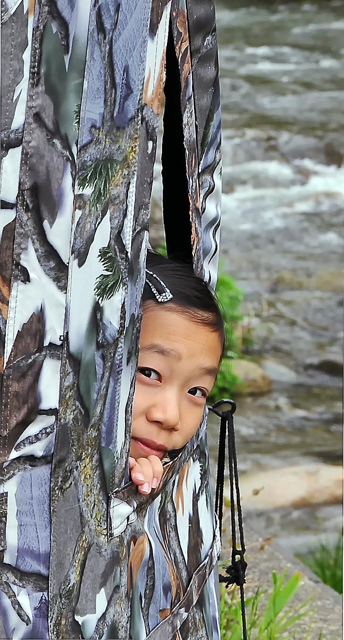 ブラインドテントに入っても、こっそりと覗くように観察する6年生。いいぞ!