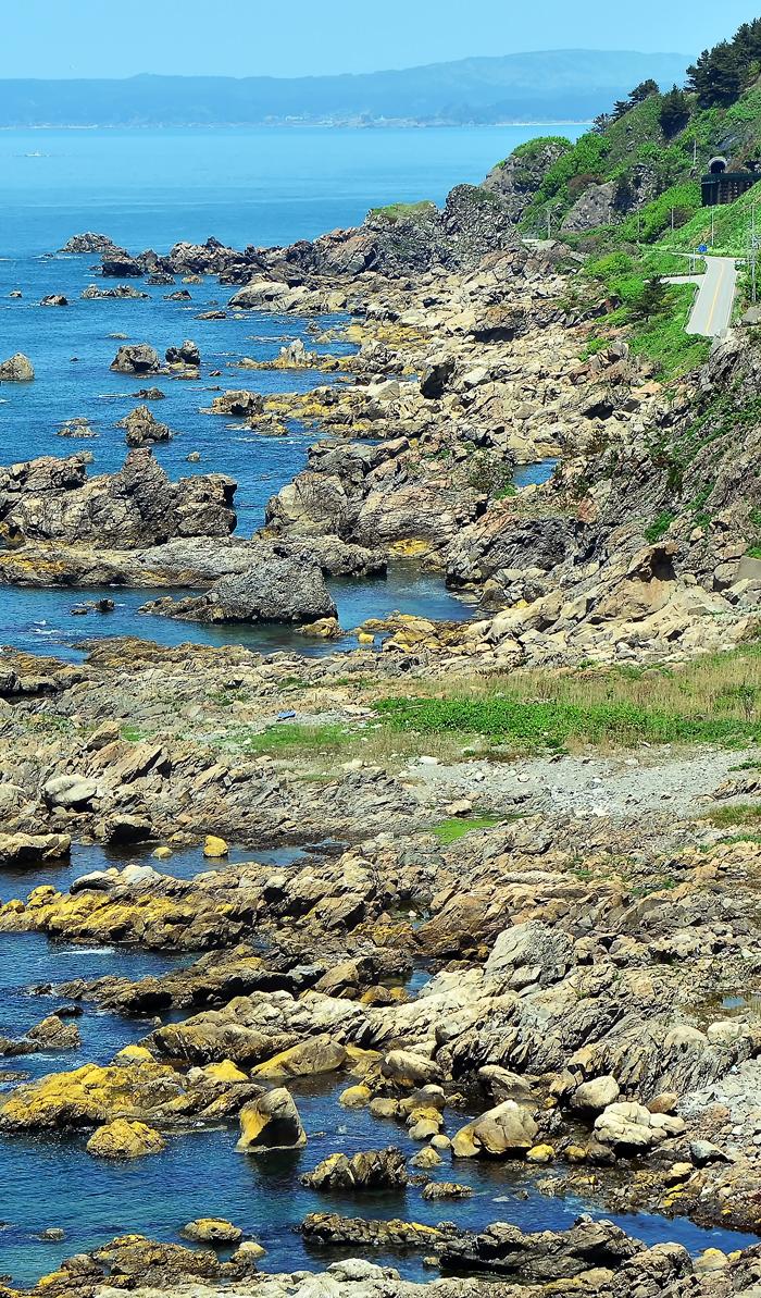 国道101号が走る青森、秋田県境の海岸線。ジオパークに登録された