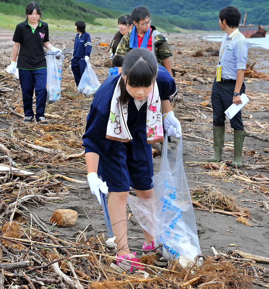 中腰で、自分が担当する素材のゴミを集める女子生徒=香純さん撮影