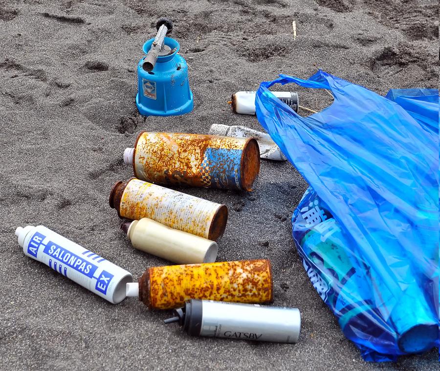 危険なスプレー缶なども数多く収集した=香純さん撮影