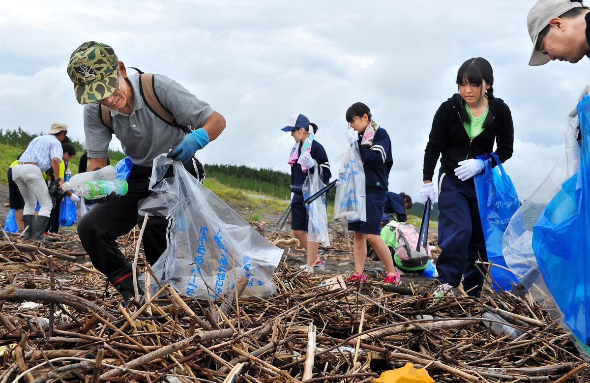 先頭に立って働く柴田さん。地元の子供たちへ深浦の伝統文化を伝える活動もされている