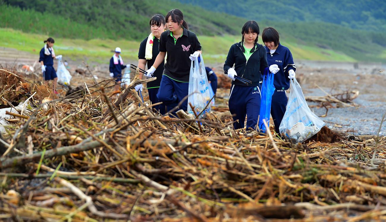 台風の余波による大雨で、海岸にはゴミが山積みになっていた