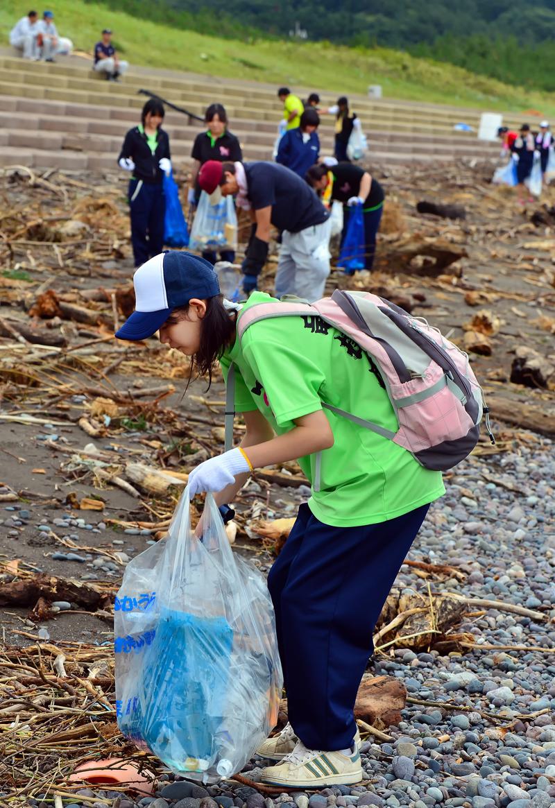 ゴミ袋が一杯になるまで集める女子生徒