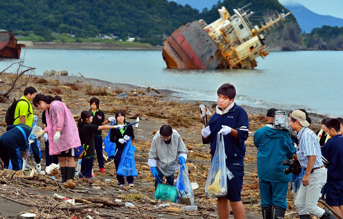 座礁船が放置された浜で清掃と環境学習をすることで、この問題を理解できた、と感想を述べてくれた